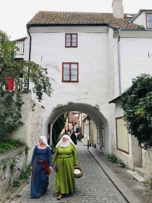 Innerhalb der mittelalterlichen Stadtmauern erstreckt sich die Altstadt in einem Labyrinth aus engen, im Sommer reichlich blühenden Gassen