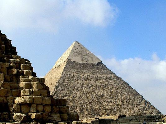Chefren-Pyramide mit noch erhaltenen Schlusssteinen auf der Spitze