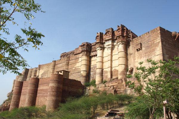Dieses majestätische Fort macht seinem Namen all Ehre. Es steht auf einem 125 m hohen Hügel und gehört zu den beeindruckendsten des mit Forts reichlich bestückten Staates Rajasthan. Erbaut 1806 ist es auch das größte Fort Indiens
