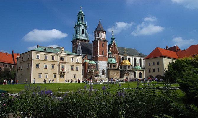 Die Geschichte des Königsschlosses auf dem Wawel-Hügel reicht bis ins 11. Jahrhundert zurück. Seine heutige Form erhielt es seit dem Ende des 15. Jahrhunderts und gilt damit als das erste Renaissanceschloss in Polen.