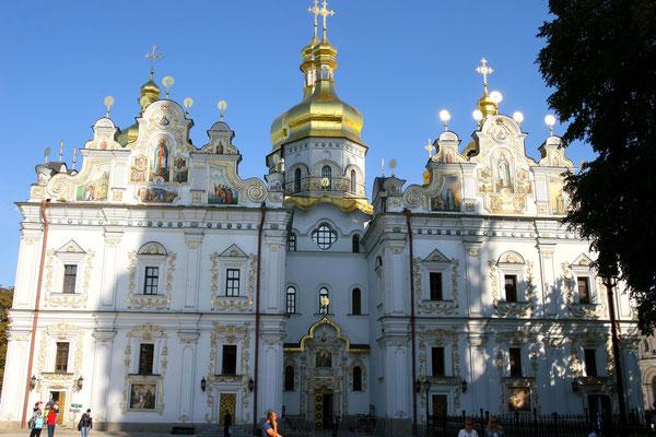 Haupteingang zum Höhlenkloster Peterschka Lawara: Zwei Mönche gründeten im Jahr 1051 dieses Kloster, in dem zeitweise bis zu 900 Mönche lebten, hier die Hauptkathedrale der oberen Lawra.