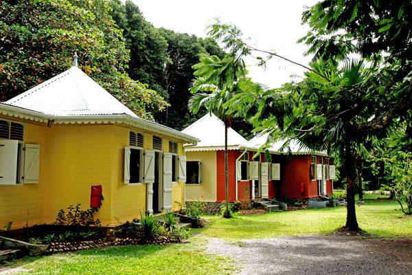 Das Kunsthandwerkerdorf Vilaz Artizanal in Südmahe bildet eine Kooperative einiger seychellischer Künstler, die vor einer prächtigen Kulisse eines restaurierten Kolonialhauses in bunten Holzhäuschen hochwertige Kunsterzeugnisse anbieten.