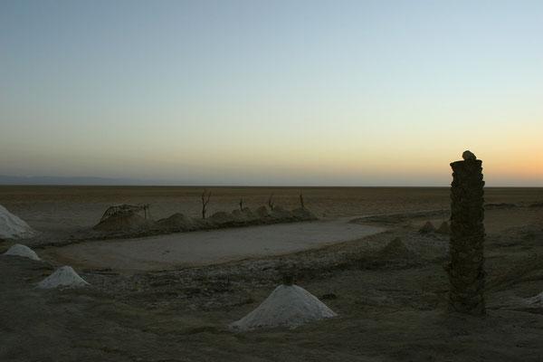 Zusammen mit dem Chott el Fedjadj  und Chott el Gharsa hat der Salzsee eine Fläche von 7.700 km² und eine West-Ost-Ausdehnung von ca. 200 km von der algerischen Grenze bis fast zum Mittelmeer.