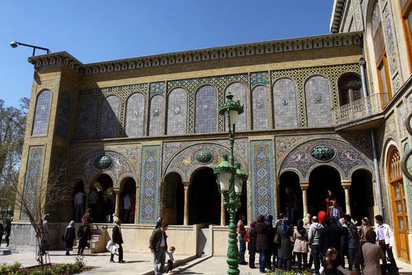 In den Ursprüngen 1588 von Shah Abbas I. ein Platanenwäldchen und ein Regierungspalast angelegt, der im 18. Jhdt. vergrößert wurde.