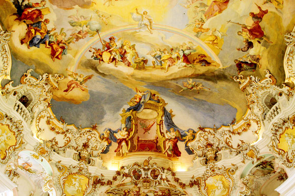 Vollendete Rokokokunst im großen Deckenbild der Kirche-der auferstandene Jesus thront auf dem Regenbogen, begleitet von Engeln und Maria.
