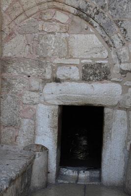 Der Eingang zur Kirche, die in ihren Ursprüngen bis ins Jahr 135 zurückgeht, ist sehr niedrig gehalten, um in demütiger Haltung die Kirche zu betreten.