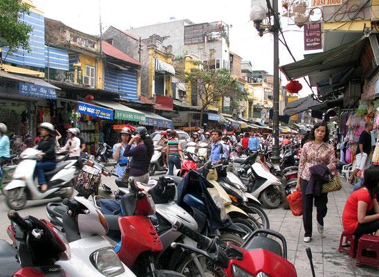 Auf den Straßen von Hanoi und Saigon tobt das moderne Leben, die Überquerung von Straßen will gelernt sein.