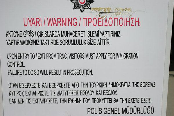 Warnung am Grenzübergang