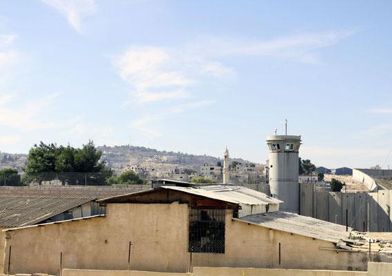 Wie hier zum Beispiel in Bethlehem. Kurz nachdem dieses Foto entstand, wurde von der Grenzanlage Gasgranaten auf Palästinensergebiet geschossen. Die Nervosität der israelischen Soldaten ist uns mehrfach bewußt geworden.