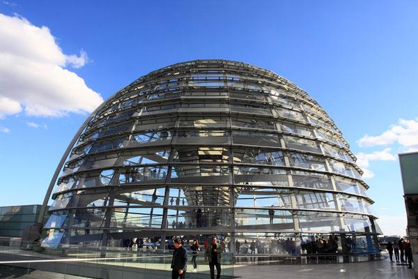 Rund 23 Meter hoch und 40 Meter breit - mit dem Regierungsumzug im Jahr 1999 erhielt das Reichstagsgebäude wieder eine Kuppel. Der Entwurf des  Architekten Sir Norman Foster hat sich zur vielbesuchten Attraktion Berlins entwickelt. Kosten: 600 Mio. DM