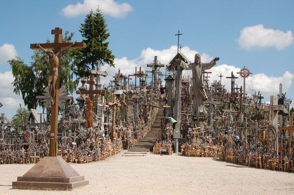 Der Berg der Kreuze - Litauisches Heiligtum. Auf einem Hügel 200 km von Klaipeda entfernt findet man 20.000 große und kleine Kreuze als Wallfahrtsstätte vereint.