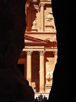 """Erster Blick auf das sog. """"Schatzhaus"""" am Ende des Siq, ebenfalls UNESCO-Weltkulturerbe"""