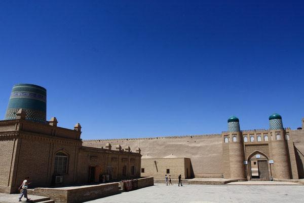 Der hohen Mauer aus getrockneten Ziegeln sieht man nicht sofort an, dass sich dahinter ein Palast verbirgt.