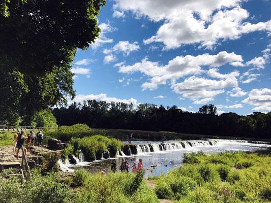 Kuldiga zählt mit Europas breitestem Wasserfall und seiner sehenswerten Architektur zu einem der schönsten Orte Lettlands.