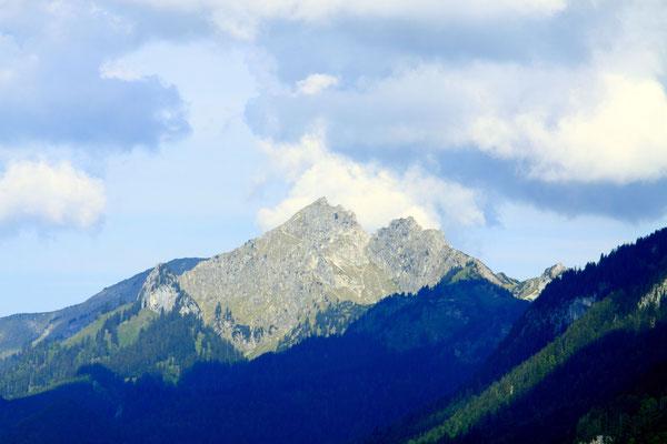 Die steil aufragenden Gipfel der erhabenen Bergwelt der Ammergauer Alpen, dem größten zusammenhängenden Naturschutzgebiet Deutschlands