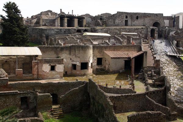 Die Vorortthermen mit angeschlossenem Freudenhaus wurden an der Stadtmauer erbaut, durch das Marinator, dem Westzugang, gelangt man heute in die Stadt selbst.