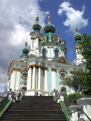 Am Ende angekommen empfängt einen die Andreaskirche, Kiews perfektes Barockkirchlein, 1754 von einem italienischen Baumeister erschaffen für die Tochter des Zaren Peters des Großen