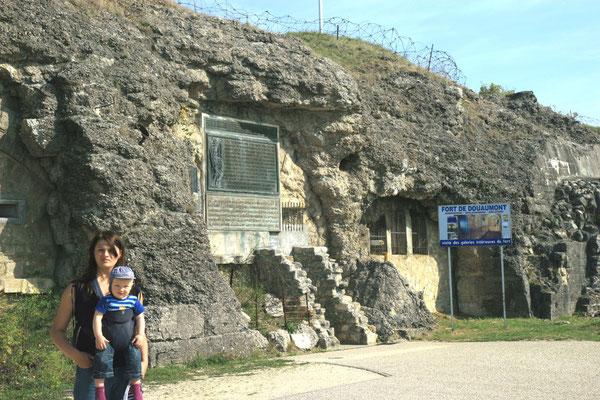 Fort Douaumont - Steil und unnahbar ragt der lange, kahle Rücken des Douaumont über die umliegenden Waldberge empor. Auf dem Gipfel liegt in 388 m Höhe das Panzerfort.