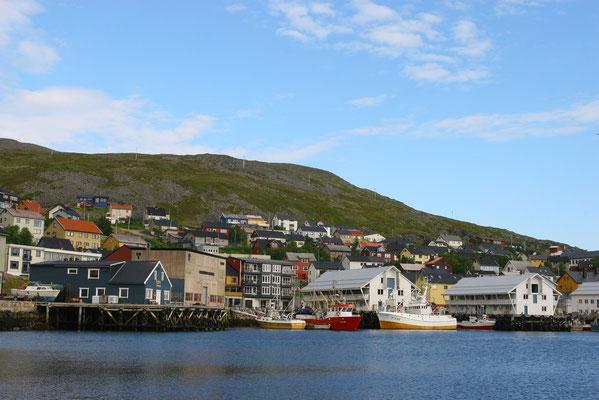 Der Hafen von Honningsvag (3200 Ew), im 2. Weltkrieg komplett zerstört, nach der Rekonstruktion ist das typisch nordische Stadtbild erhalten geblieben, das Nordkap ist von hier ca. 40 km entfernt