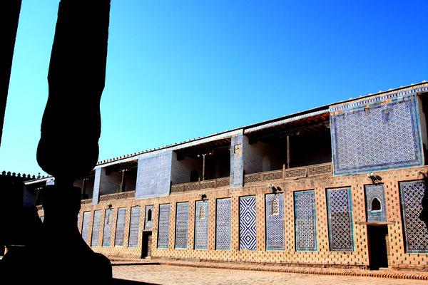 Neben mehreren Höfen kann auch der Harem besichtigt werden, in dem angeblich noch der Goldschatz des Khans aufbewahrt und von einer Kobra bewacht wird.