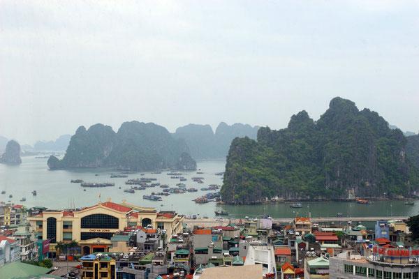 Ha-Long-City: Blick auf die Bucht ohne Tourismus, da dieser Teil ausschließlich den Fischern vorbehalten ist.