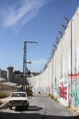 2003 begann Israel mit dem Bau einer 750 km und 8 m hohen Sperranlage, die das Westjordanland abtrennt und sogar wie in Ostjerusalem ersichlich, rein palästinensische Siedlungen zerschneidet