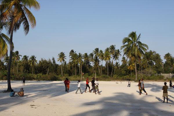 ...und die Kinder spielen abends Fußball, was auch hier Nationalsport ist.