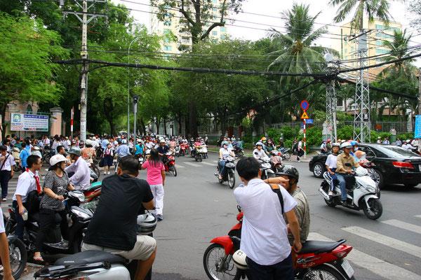 Eine quirlige Metropole, in der sich Millionen Mopeds drängen und eine Straßenüberquerung muss erkämpft werden