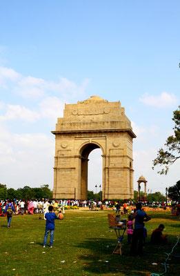 India Gate: Als India Gate wird ein gewaltiger Triumphbogen im Zentrum der indischen Hauptstadt Neu Delhi bezeichnet. Er wurde zu Ehren der 13500 im 1. Weltkrieg für Indien gefallenen Soldaten errichtet. Beliebter Treff bei Einheimischen und Touristen.