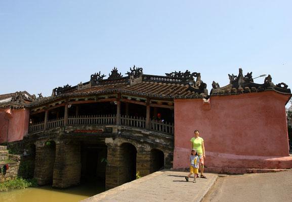 Etwa 50 km von den Ruinen von My Son entfernt liegt Hoi An, ebenfalls unter dem Schutz der UNESCO als Weltkulturerbe, hier die japanische Brücke