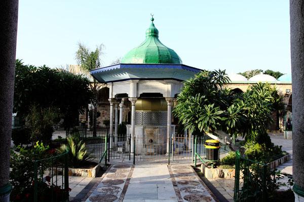 Blickfang im Hof ist der Reinigungsbrunnen mit seinen zierlichen Säulen