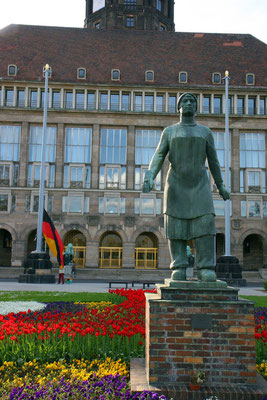 Trümmerfrau-Denkmal vor dem Rathaus