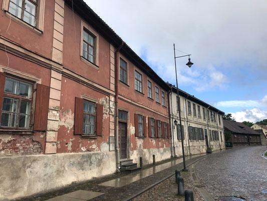 """Zentral im Gebiet Lettgallen gelegen, marschierte 1940 die Rote Armee ein und 1941 die Wehrmacht. Ende Juli 1944 wurde ein Großteil der Stadt zerstört. In der """"Latgale-Straße"""" sind einige historische Bauwerke erhalten geblieben."""