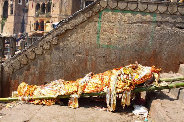 Durch seine religiöse Bedeutung ist Varanasi auch ein begehrter Ort zum Sterben, denn der Tod hier soll jedem Hindu den sofortigen Eintritt in den Himmel sichern und das Rad der ewigen Wiedergeburten durchbrechen.