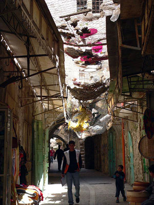 Spaziergang durch die Altstadt unter dem Müll der israelischen Siedler in den Obergeschossen