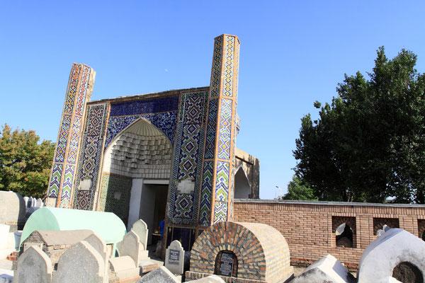 Auf dem Friedhof der Chane unweit des Palastes finden neben etlichen Khanen auch bedeutende Bürger der Stadt ihre letzte Rühestätte.