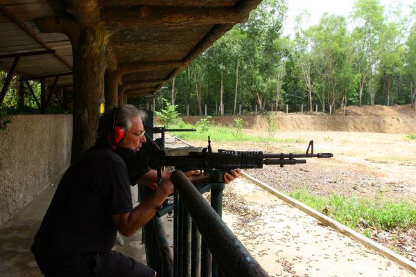 Original M 60 Maschinengewehr, mit dem auf einem Übungsplatz der Papa mal Soldat spielen darf
