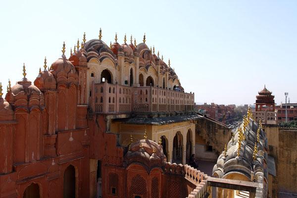 Das den verschwenderischen Lebensstil der Rajputenfürsten dokumentierende Lustschloss wurde von Maharaja Sawai Pratap Singh im Jahr 1799 erbaut und ist als eine der Hauptsehenswürdigkeiten Indiens und in aller Welt bekannt.