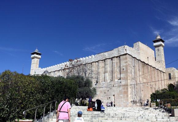 Hebron ist heilige Stätte für drei Religionen, Christen, Moslems und Juden, denn hier befindet sich das Grab Abrahams in der heutigen Ibrahim-Moschee.