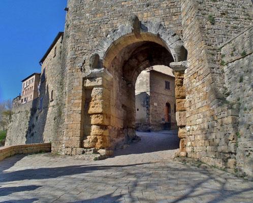 Von der etruskischen Stadtmauer ist als einziges Tor die Porta all'Arco gut erhalten. Es stammt aus dem 4. Jahrhundert v. Chr.