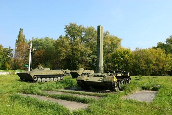 auf dem Sportfeld wurden konterminierte Panzer für die Ewigkeit geparkt