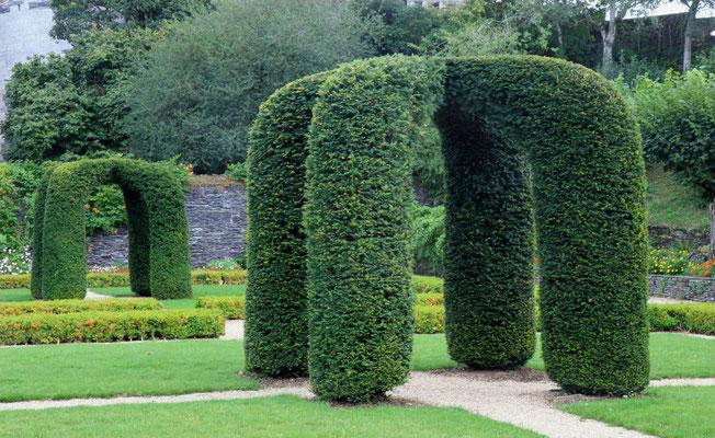 Im Inneren der Festung überrascht das Schloss durch elegante Gebäude und Gartenanlagen.