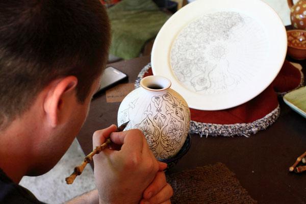 In meisterhafter Handarbeit werden hier die hochwertigen Keramiken in z.T. wochenlanger Arbeit hergestellt und wie vor tausend Jahren mit alten Techniken per Hand bemalt.