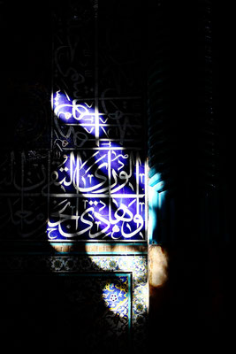 Stimmungsvolles Lichtspiel in der Moschee