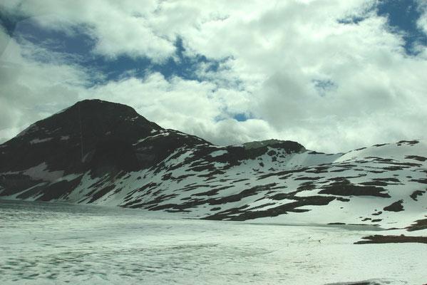 An der Berghütte Djupvasshytta auch im Juli noch schnee- und eisbedeckt, der See Djupvatnet auf der Fahrt zum Dalsnibba, einem Aussichtspunkt in 1.068m auf einer privaten Mautstraße