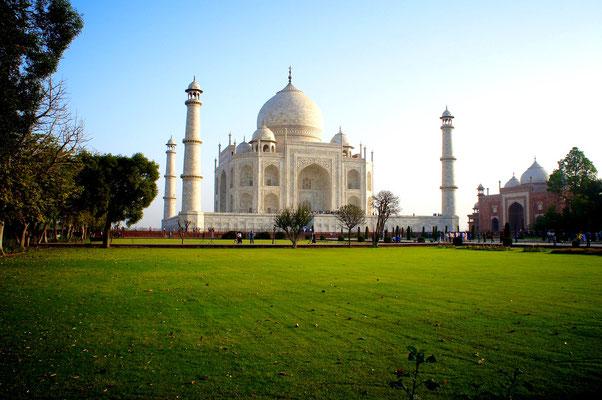 Das große Mausoleum wurde vom fünften Großmogul Shah Jahan in Erinnerung an seine geliebte Frau, die Persische Prinzessin Arjuman Bano Begum, die auch Mumtaz Mahal genannt wurde, errichtet.