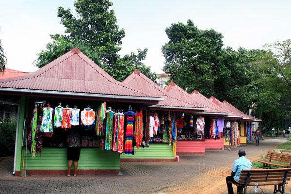 In der Nähe des clock-towers findet man etliche bunte Holzhäuschen, die Kunsthandwerk aus den Seychellen anbieten.