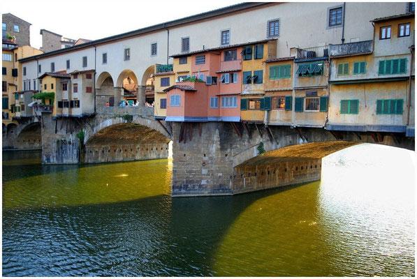Ponte Vecchio: Die einzige Brücke, die den Zweiten Weltkrieg unbeschadet überstand. Sie verbindet die Uffizien mit dem Palast der Medici und zeichnet sich heute vor allem durch ihre beeindruckende Zahl von Schmuckläden aus.