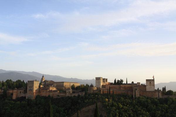 Die Alhambra, eines der meist besuchten Sehenswürdigkeiten der Welt. Palast und Festung zugleich mit der nicht weniger wunderbaren Kulisse im Hintergrund, der Sierra Nevada, alles in allem eines der schönsten Monumente der Welt.