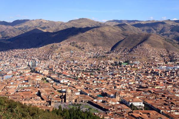 Sie liegt etwa 3 km oberhalb des Stadtzentrums. Von hier aus hat man einen grandiosen Blick auf Cuzco als UNESCO-Weltkulturerbe.